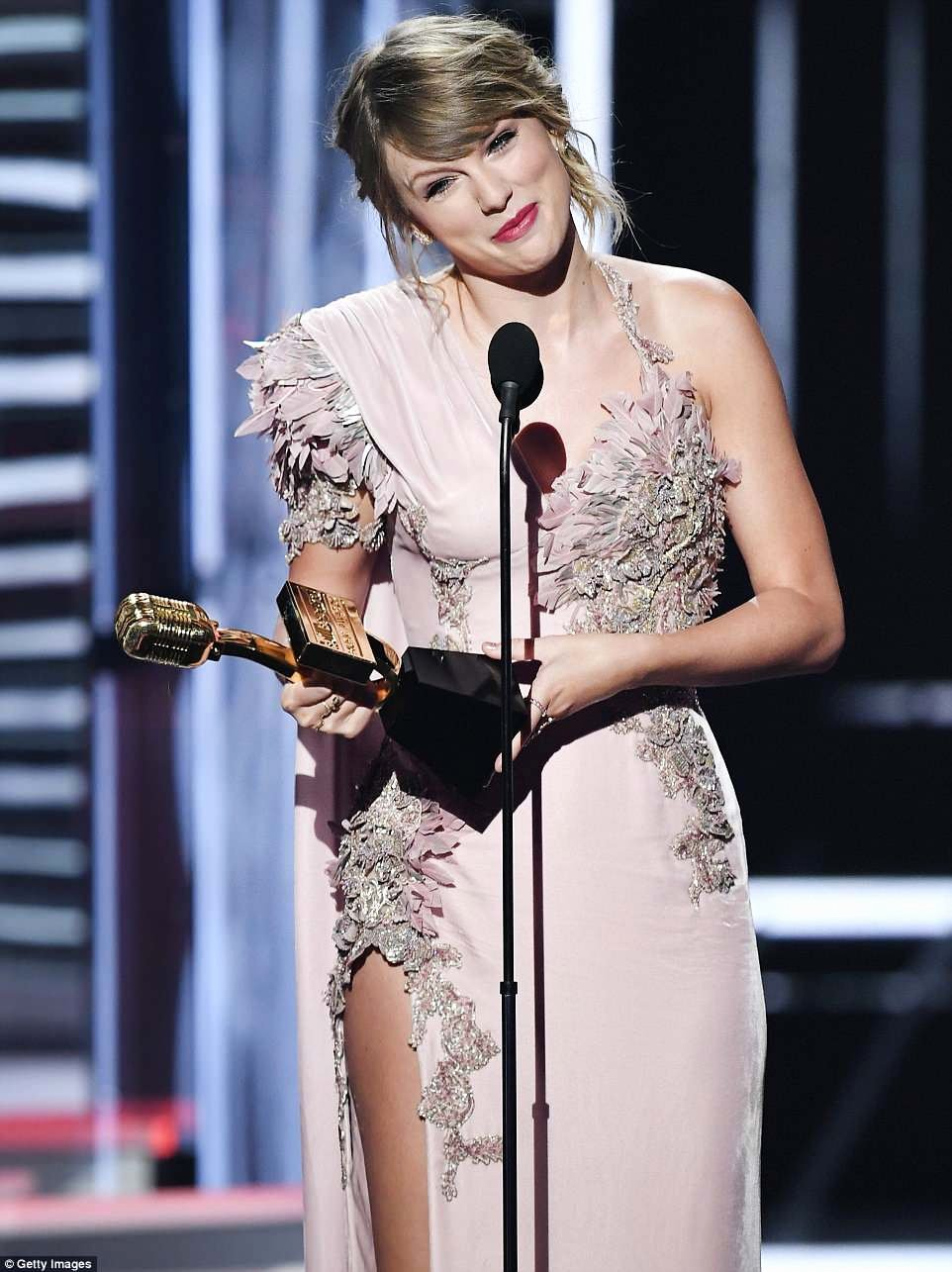 Best Girlfriend Award Trophy New Taylor Swift Thanks Female Artists who Paved the Way for